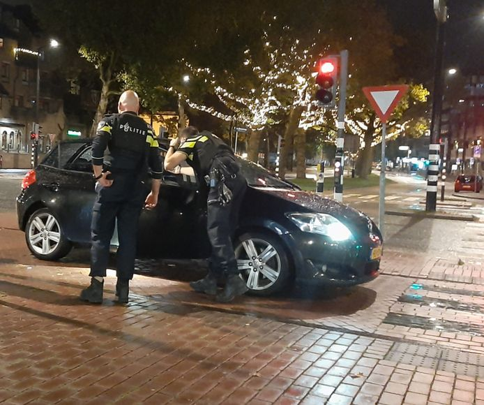 Een wagen met daarin drie mannen is maandagavond in Dordrecht tegen half elf beschoten. Wonderwel raakte niemand gewond.