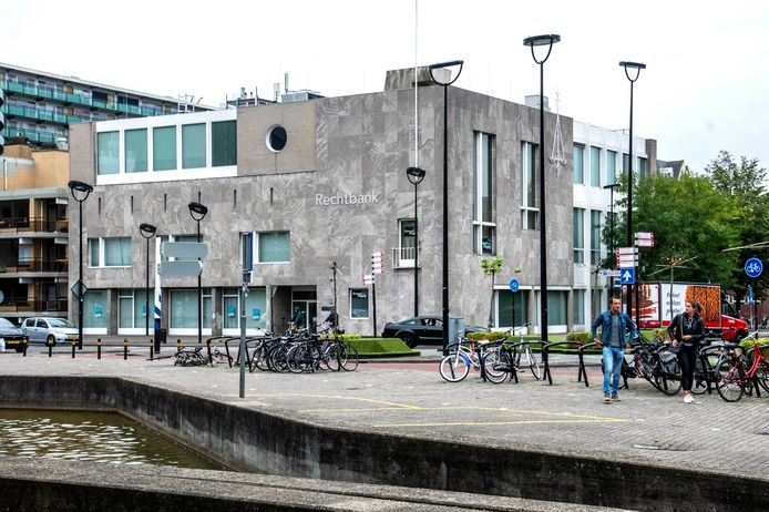 Ook het Kantongerecht in Tilburg, dat in de verkoop komt, werd aan het Stadhuisplein ontworpen door Jos. Bedaux.