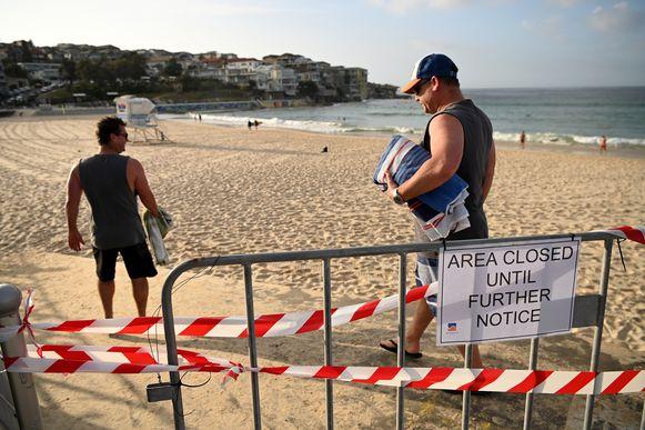 Op zondag was Bondi Beach grotendeels verlaten, maar dat neemt niet weg dat toch sommigen het verbod in de wind slaan.