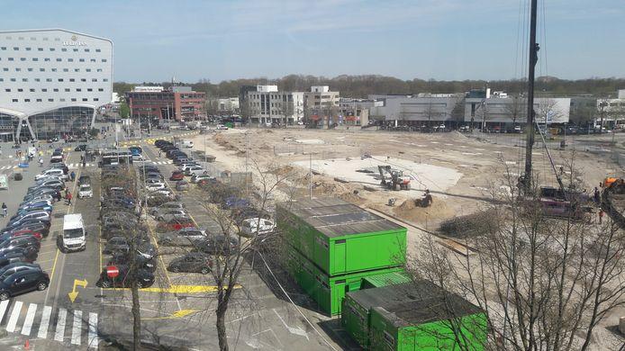 Bij de Eindhovense luchthaven is gestart met de herbouw van de nieuwe parkeergarage. Juni 2019 moet het gebouw met 800 parkeerplekken, een ov-terminal én een McDonalds filiaal opgeleverd worden.