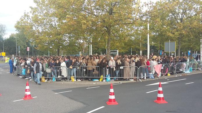 Zo'n 200 Justin Bieber-fans hebben zich voor 11.00 uur al opgesteld bij GelreDome