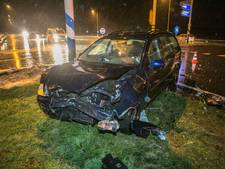 Bestuurder naar ziekenhuis na botsing op Rijksweg