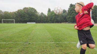 """Eerste meisje bij jeugd KV Mechelen. """"Eerst wilden de jongens niet passen, maar nu gaat het vlot"""""""