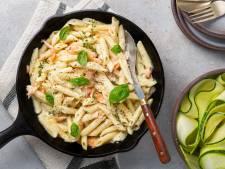 Wat Eten We Vandaag: Pasta met gerookte zalmsnippers en courgettesalade