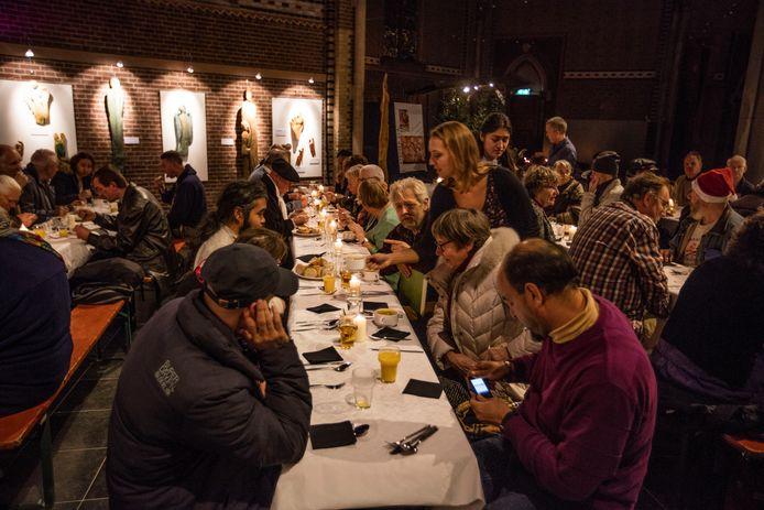 Diner voor daklozen in de Catharinakerk in Eindhoven (archieffoto). Ook eind 2019 organiseren de vrijwilligers van Open Huis Sint Cathrien dit diner, in samenwerking met kok André Amaro.
