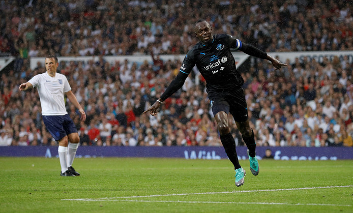 Usain Bolt juicht na zijn doelpunt.