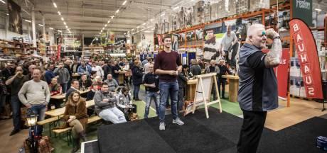 Darten tegen Co Stompé en Darryl Fitton in Hengelo: 'Gezellig om met vakbroeders een pilsje te drinken'