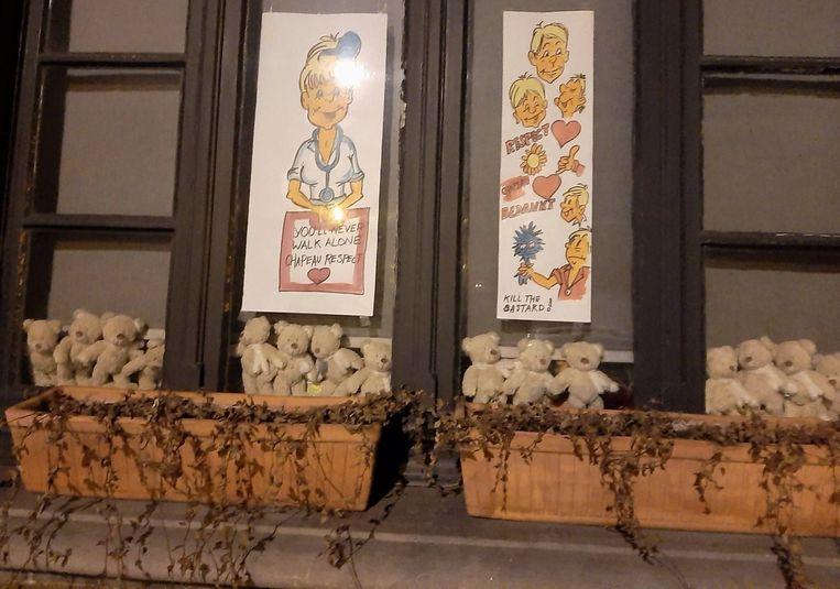 Massa's knuffelberen aan een raam in de Driekerkenstraat