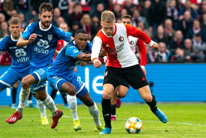 Nicolai Jørgensen houdt de Heracles-verdedigers achter zich tijdens de ontmoeting eerder dit seizoen.