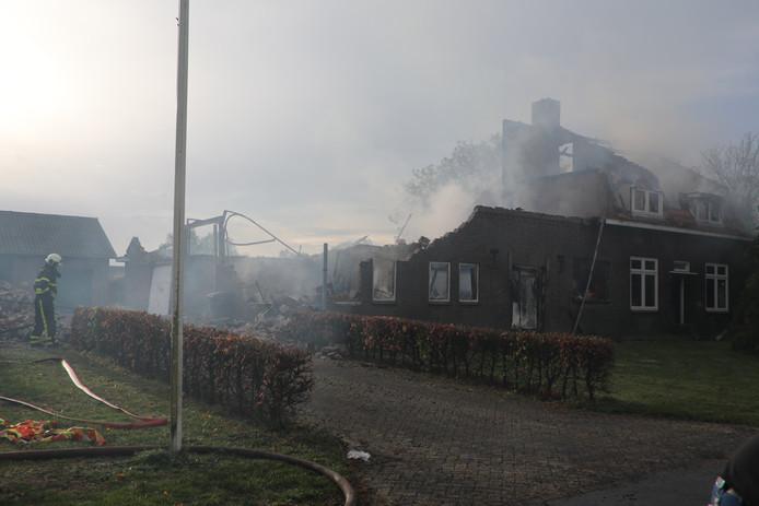 Woonboerderij ingestort na grote brand.