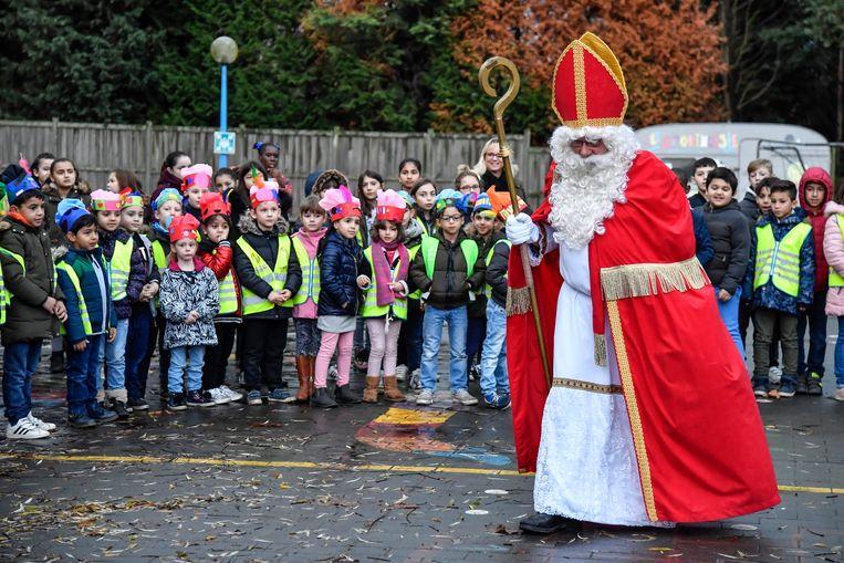 De Sint trotseerde regen en wind om de kinderen te bezoeken.