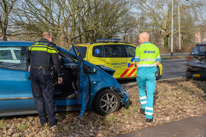 Vrouw botst met auto op voorligger in Breda