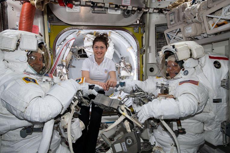Astronauten Nick Hague, Christina Koch en Anne McClain aan boord van het International Space Station. Niet zichtbaar maar wel aanwezig: bacteriën en schimmels die niet alleen de gezondheid van de astronauten, maar ook de infrastructuur van het ruimtestation bedreigen.