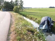 Auto vliegt over de kop en belandt in de sloot bij Nedereindseweg