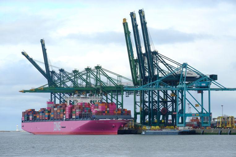De roze boot is aangemeerd aan de Noordzeeterminal.