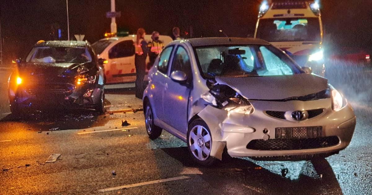 Twee auto's zwaar beschadigd door ongeluk in Enschede, één bestuurder gevlucht.