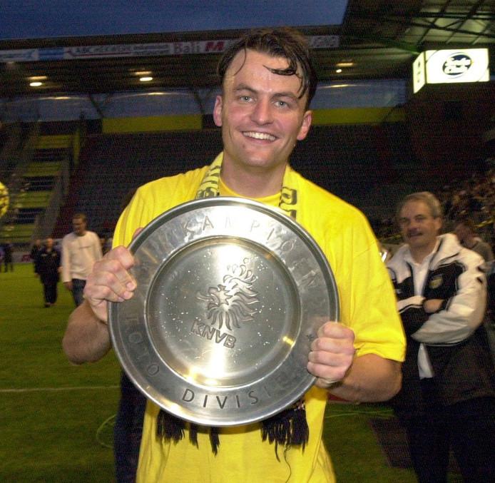 Rob Penders houdt in 2000, enkele maanden na zijn entree bij NAC, de kampioensschaal van de eerste divisie omhoog.
