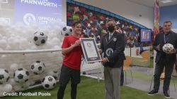 Freestyle voetballer vestigt nieuw wereldrecord met supersnelle trucs