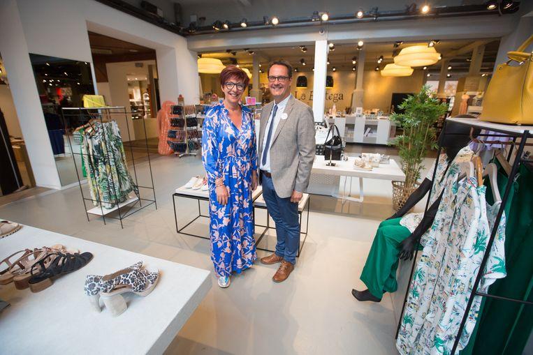 La Bottega in Hasselt kondigt sluiting aan, maar gaat niet dicht, ze willen aanzetten tot lokaal kopen. Danny Van Assche, gedelegeerd bestuurder van Unizo, met Karine Valy van La Bottega