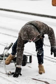 Glad op de weg door sneeuw en bevriezing