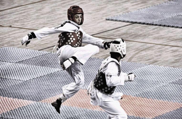 Twee jonge taekwonkoda?s tonen hun vaardigheden tijdens het NK Sparring. (FOTO PATRICK POST) Beeld Patrick Post