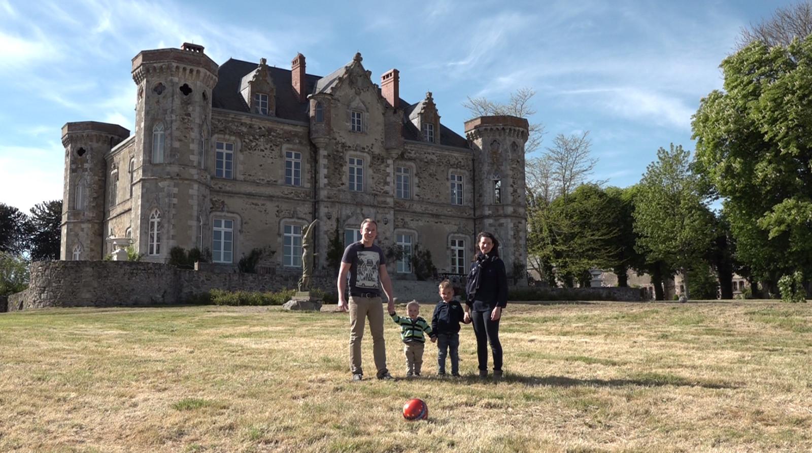 Oud-exploitanten Nathalie en Roel Kuiper met de kinderen bij kasteel Cacaudière van Roel Praagman in het Franse Pouzages.