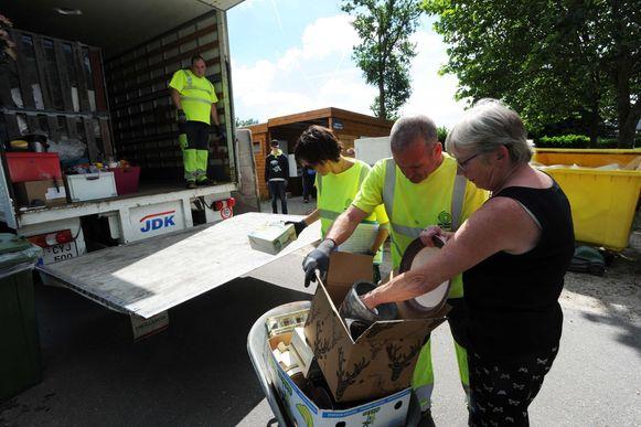 Dankzij het mobiele recyclagepark kunnen inwoners gemakkelijk afval deponeren.