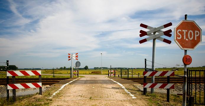 Een onbewaakte spoorwegovergang in Zetten. Prorail wil dat alle onbewaakte overgangen binnen vier jaar bewaakt zijn.