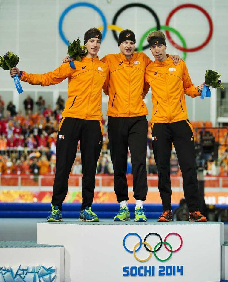 Jan Blokhuijsen, Sven Kramer en Jorrit Bergsma op het podium na de rit op de 5.000 meter tijdens de Olympische Winterspelen. Beeld anp
