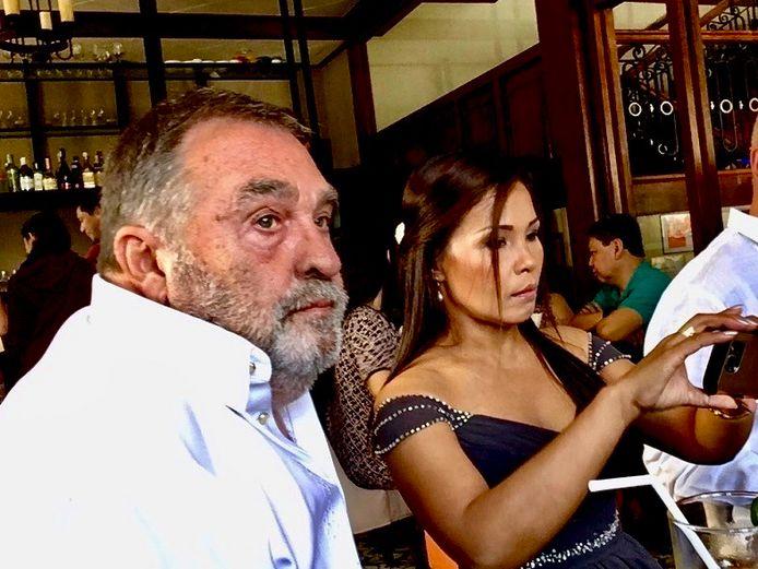 Aad en Bing Versteeg-Cansancio. Aad en Bing woonden sinds 2006 op de Filipijnen, waar Aad een paar keer per jaar appelmoes, rookworsten en ontbijtkoek liet bezorgen.