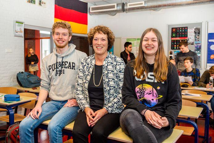 Docente Marijke Verbree tussen haar leerlingen Daan Bentsnijder en Rebecca Sleeuwenhoek.