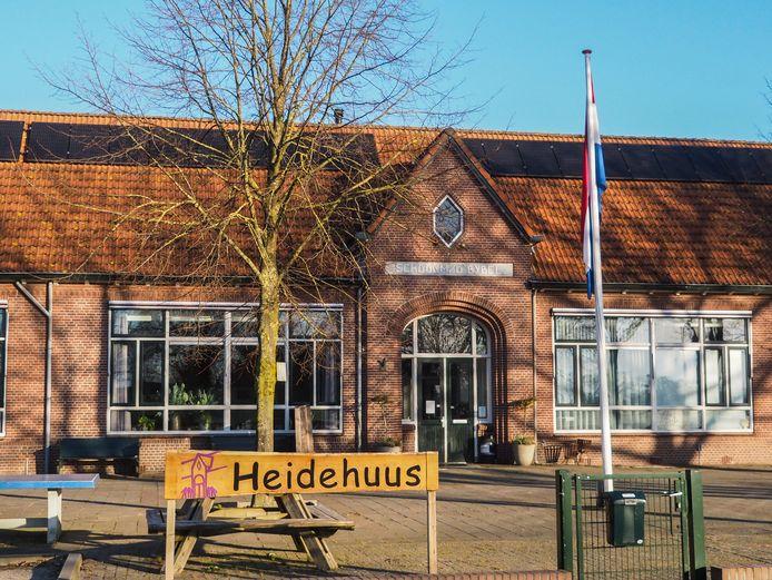 De vlag hangt uit bij het Heidehuus in Halle.