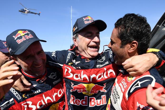 De top 3 in het autoklassement aan de finish. Vlnr Stéphane Peterhansel (3e), Carlos Sainz (1e) en Nasser Al-Attiyah (2e).