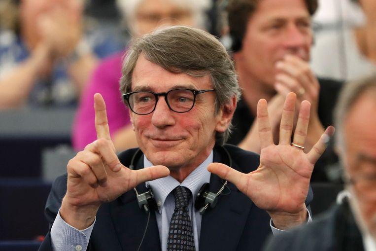 De Italiaan David-Maria Sassoli laat na de eerste stemronde zien dat hij zeven stemmen tekort kwam bij de verkiezing van voorzitter van het Europees Parlement. Hij werd uiteindelijk in de tweede ronde  gekozen.  Beeld AP