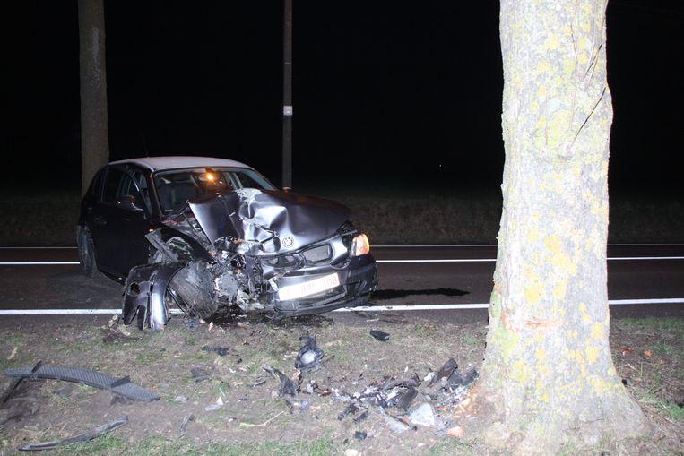 langs de Keiberg in Zwevegem botste de BMW tegen een boom
