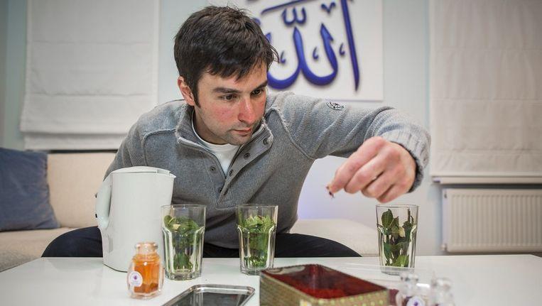 Çaglar Özer laat zich niet foppen door nepsaffraan. De specerij, die hij uit Afhanistan en Iran haalt, gaat de ergste griep te lijf. En het is nog lekker ook. De saffraandraden van Çaglar gaan in de muntthee met honing. Beeld Marc Driessen / www.marcdriessen.nl