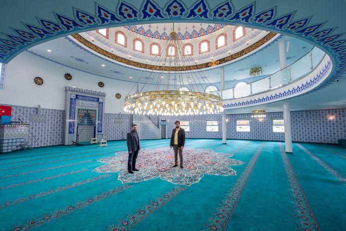 Bestuursleden Yusuf Dagdelen (links) en Bunyamin Ozefe in de moskee in Bergen op Zoom.