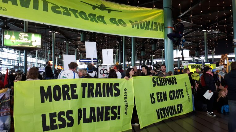 Honderden actievoerders zijn zaterdag om 11.00 uur naar Schiphol gekomen. Beeld Hanneloes Pen