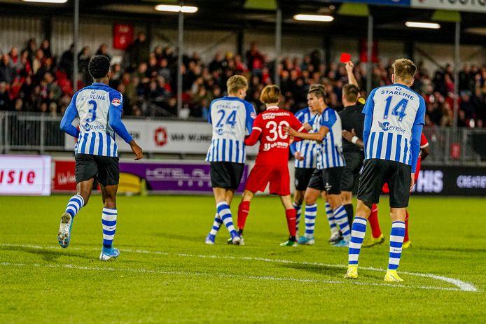 Arbiter Bijl trekt de rode kaart voor FC Eindhoven-speler Cas Faber