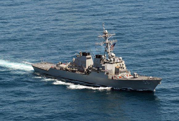 De torpedobootjager USS John S. McCain voer langs het Mischief-rif voer, onderdeel van eilandengroep Spratly.