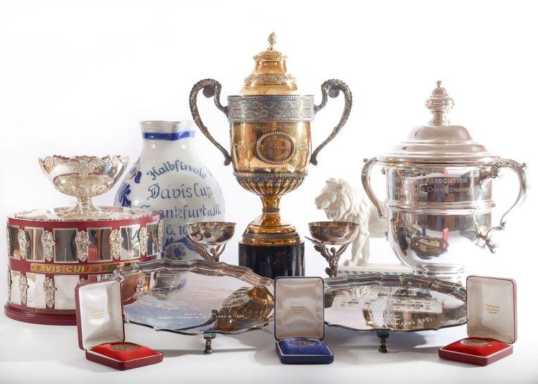 De bekers van  Boris Becker gaan onder de hamer bij veilinghuis Wyles Hardy.  De verzameling van de failliet verklaarde tennisster omvat zijn eigen trofeeën en diverse memorabilia. De jongste winnaar van Wimbledon ooit heeft er een vermogen van zo'n 170 miljoen euro doorheen gejaagd en zit nu aan de grond.  Beeld AFP