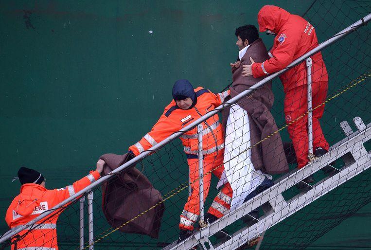 Een overlever wordt van de ferry Norman Atlantic geholpen. Beeld afp