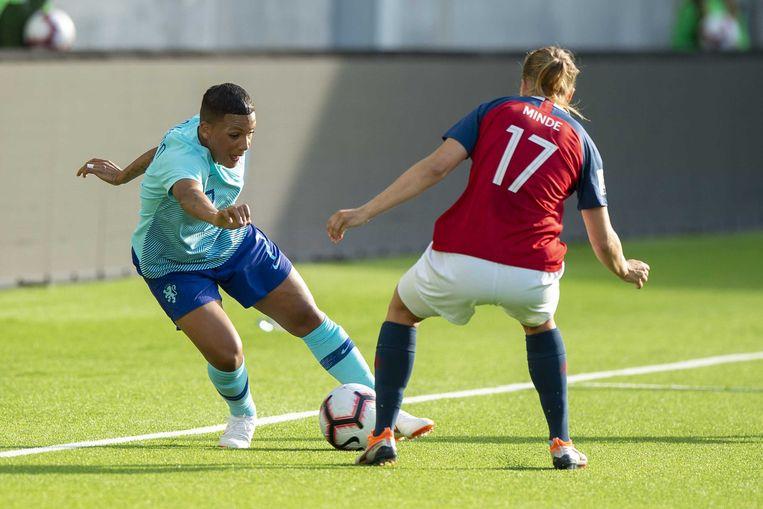 Shanice van der Sanden neemt het op tegen de Noorse Kristine Minde tijdens de kwalificatiewedstrijd van het WK-vrouwenvoetbal tussen Nederland en Noorwegen. Beeld ANP