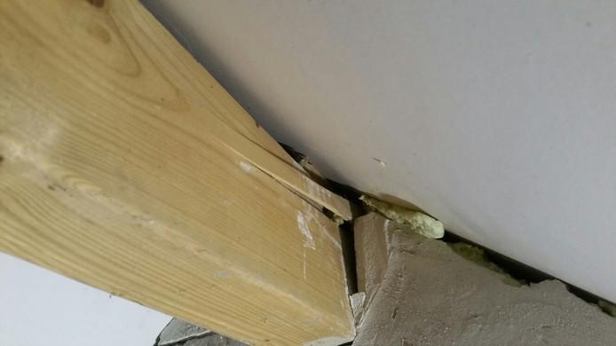 De schade in het huis wordt bij daglicht goed zichtbaar
