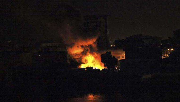 Explosies in een kamp van soldaten van Gbagbo, gisteravond in Abidjan. Beeld reuters