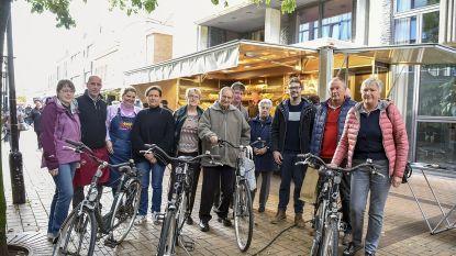 Marktkramers delen fietsen uit