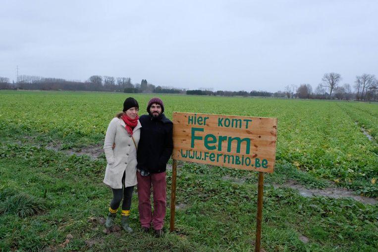 Veerle Huybrechts (35) en Sander Van Nieuwenhove (33) aan de akker in de Vennestraat waar ze hun landbouwbedrijf starten.