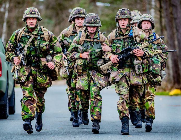 Militairen testen tijdens een oefening op de kazerne in Ermelo een nieuw systeem om hitteletsel te voorkomen.