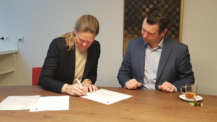 Jacoline Hendriksma (links) en wethouder Toine van de Ven ondertekenden een 5-jarige overeenkomst over (zwerf)afval