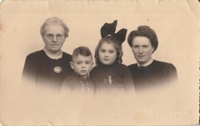 Het gezin Welscher in de Tweede Wereldoorlog, met de jeugdige Hans Welscher tussen zijn zus, moeder en oma.